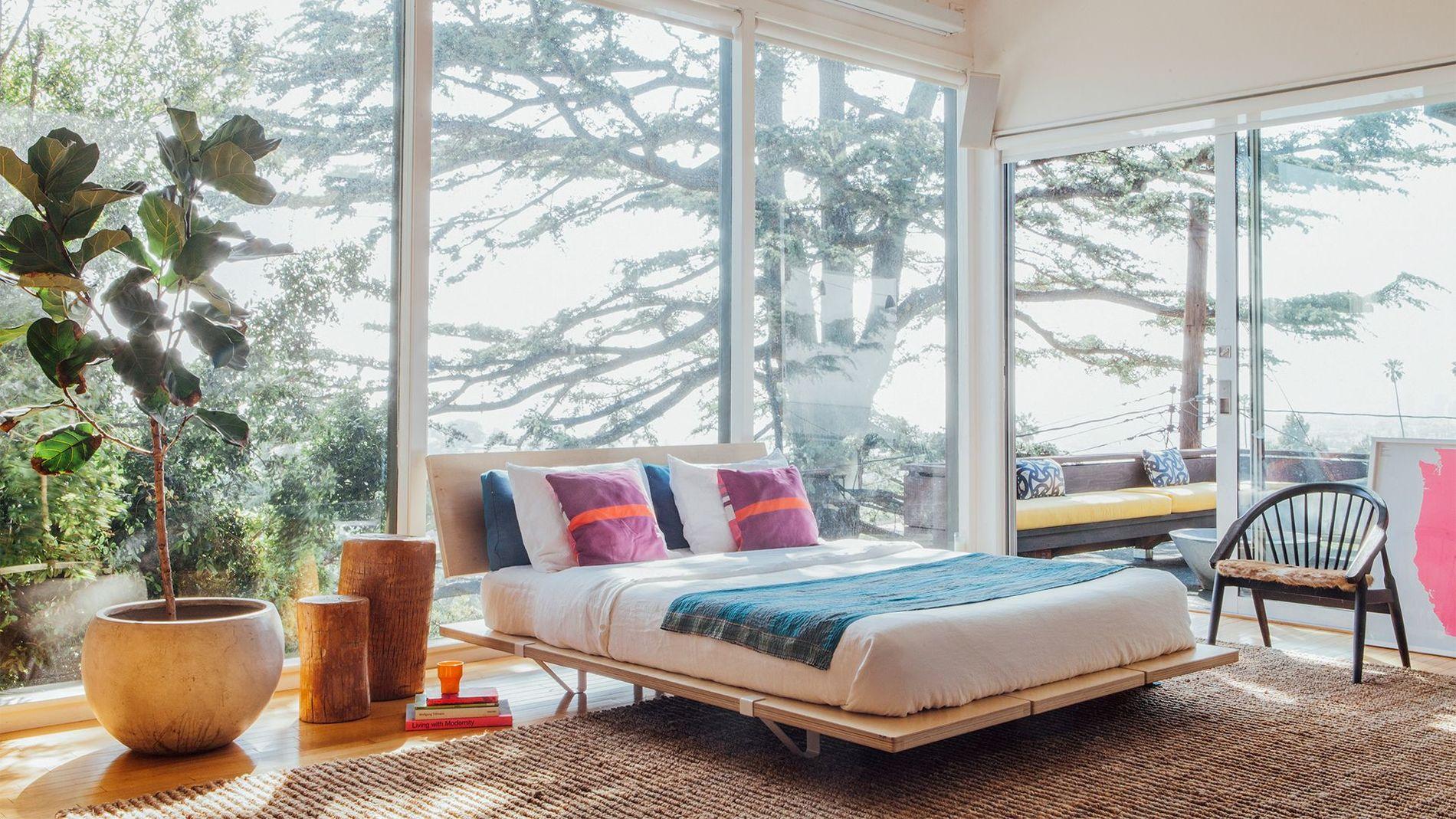 большая кровать напротив окна