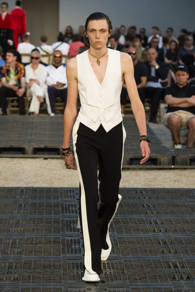 молодежный стиль брюки с лампасами