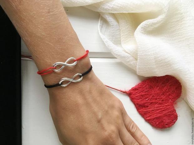 На каком запястье носить красную нить, что это значит и как работает?