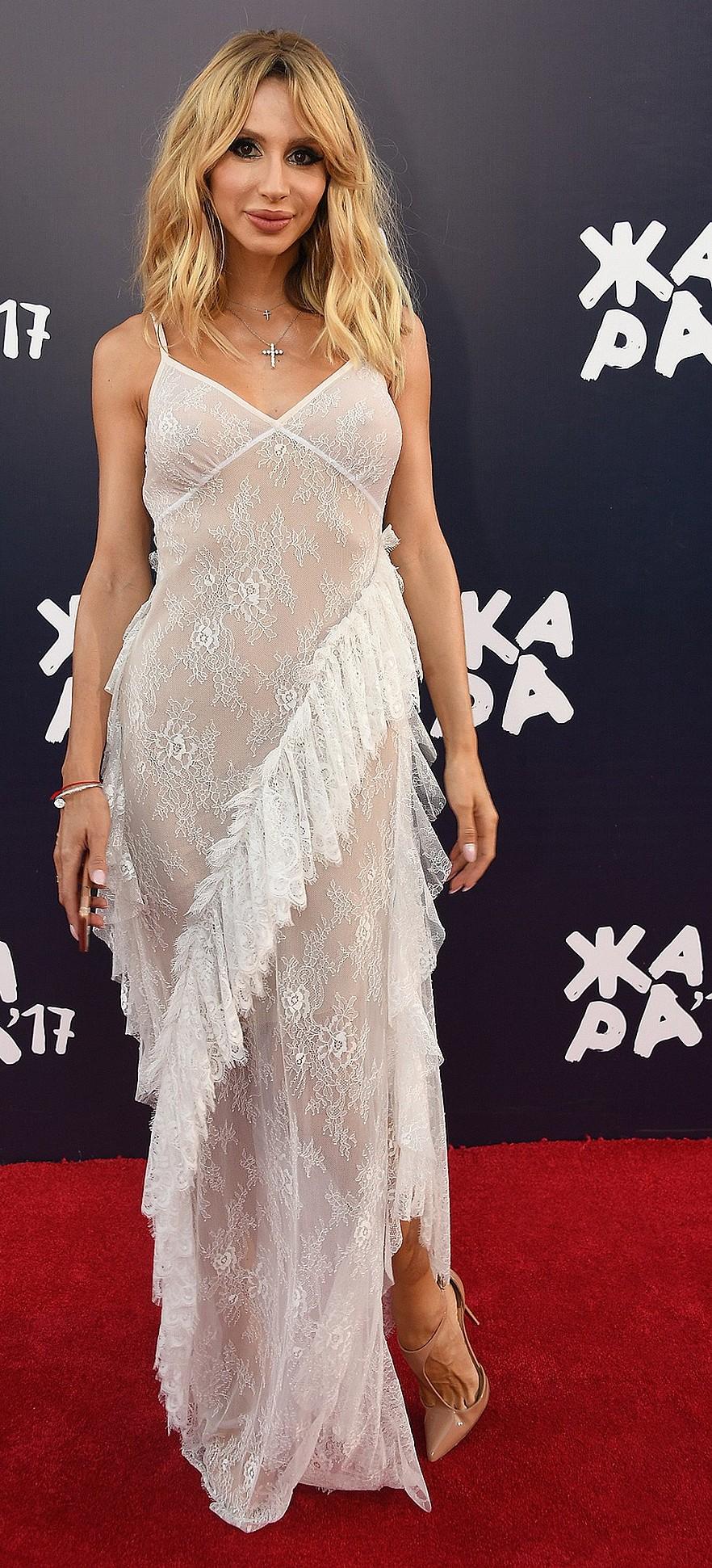 Платье, а под ним ничего: новый тренд среди российских звёзд