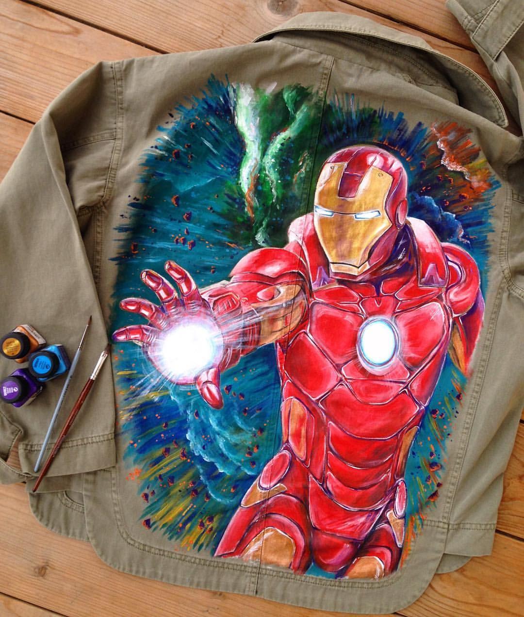 яркий комикс на куртке