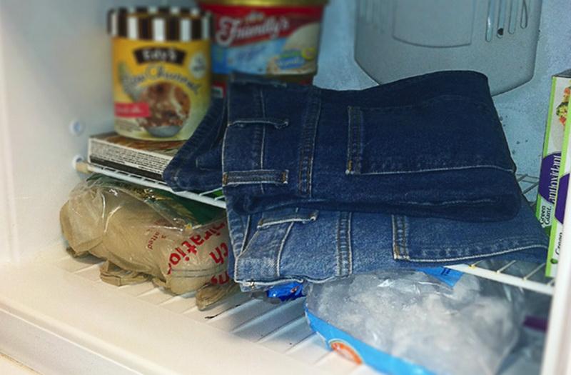 Как и чем убрать жвачку с джинс, брюк и штанов в домашних условиях
