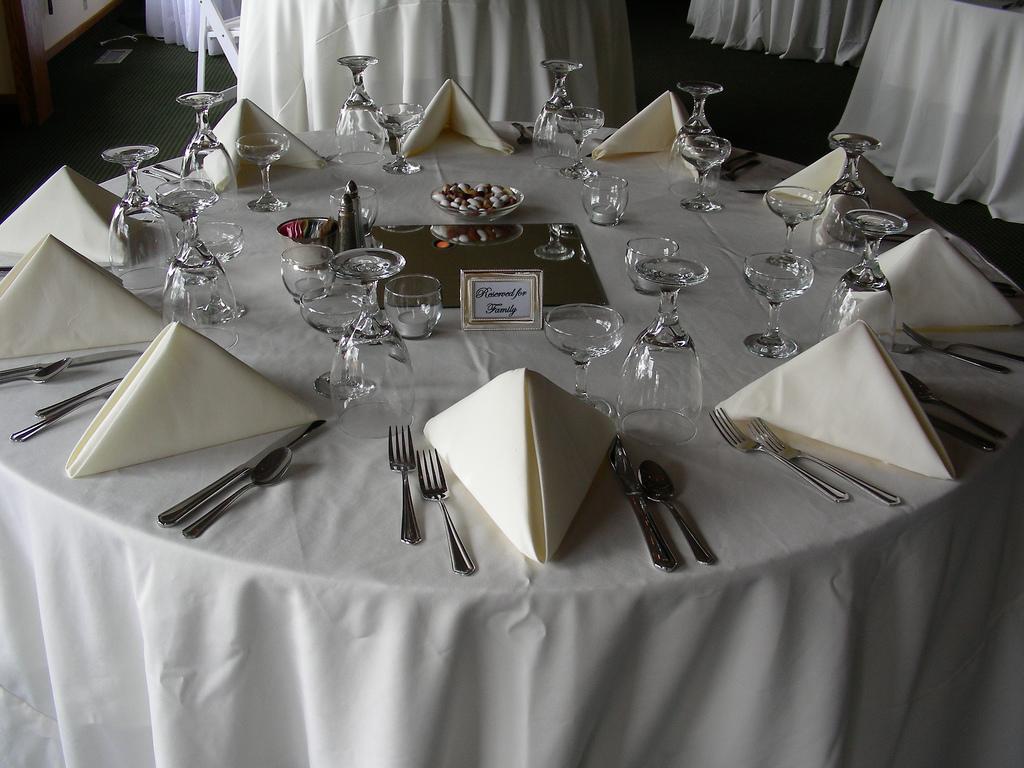 Как правильно выбрать комплект скатертей для обеденного стола