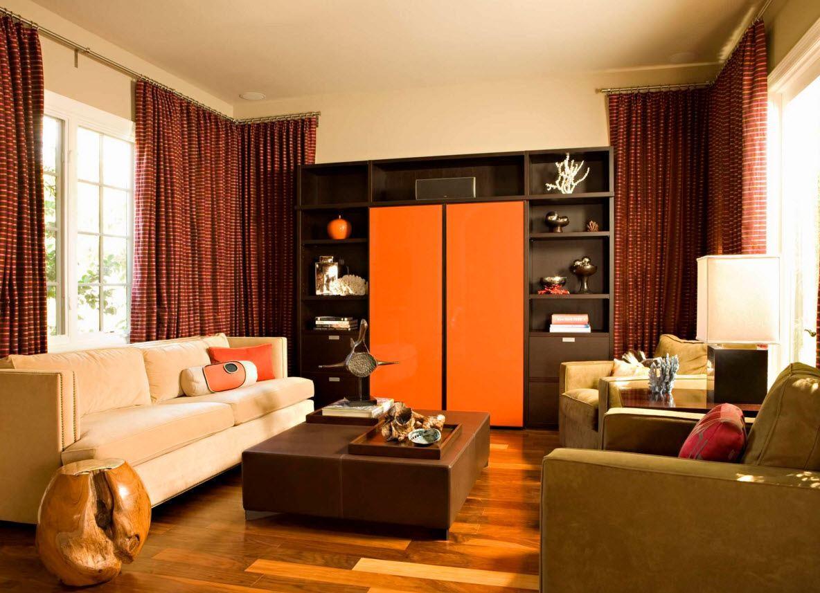 белый тюль и оранжевые шторы в интерьере гостиной