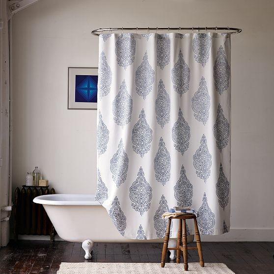 Яркая и запоминающаяся комната с необычной занавеской для ванны
