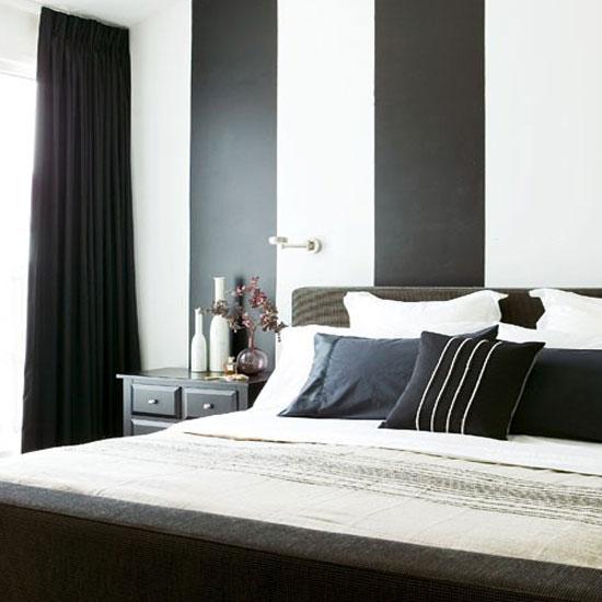 Полосатая стена для спальни в черно-белых тонах