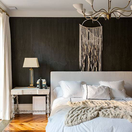 Монохромная спальня с черной стеной
