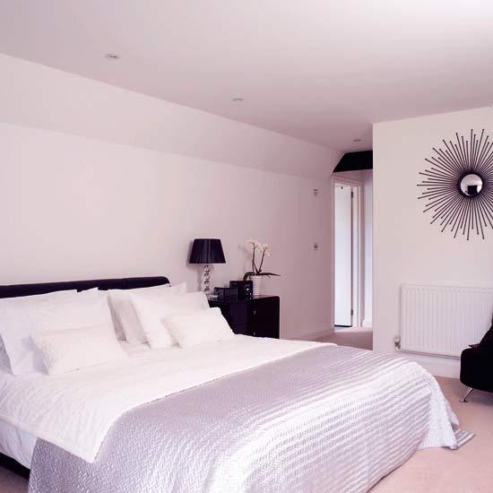 Шелковая монохромная спальня