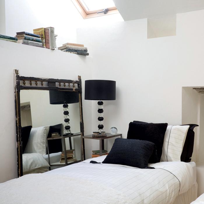 Элегантная монохромная спальня