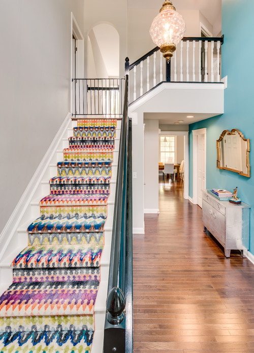яркий ковер на лестнице