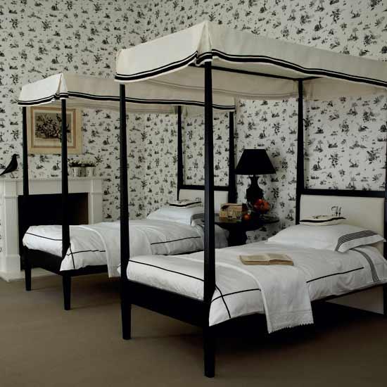 Монохромная спальня с односпальными кроватями