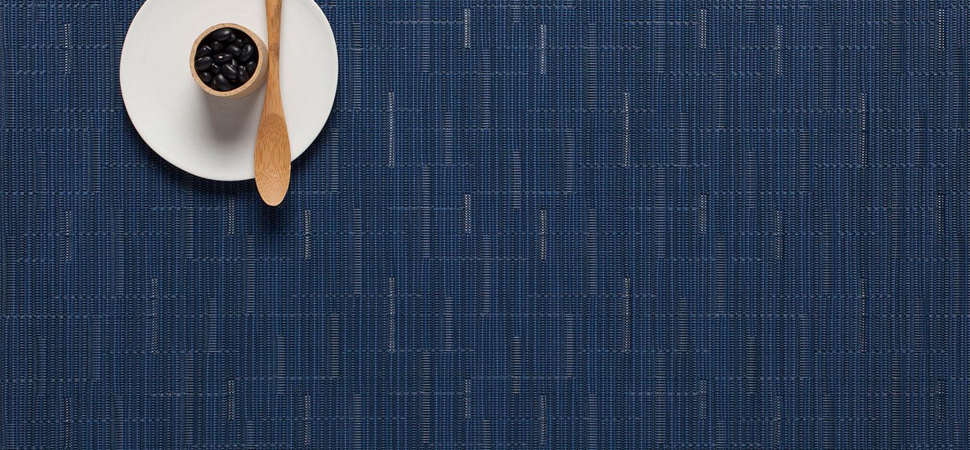 ярко-синяя скатерть с узором бамбук
