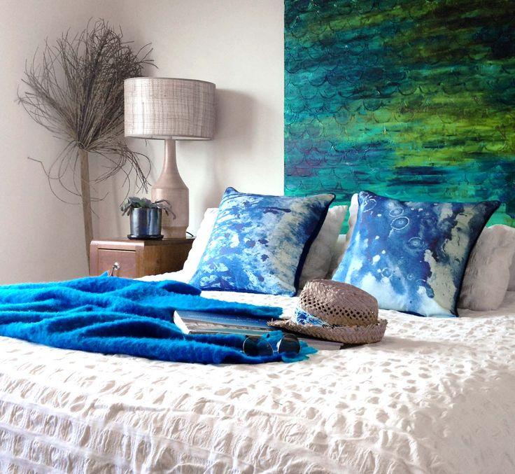 синие декоративные подушки