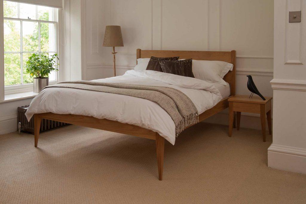 кровать с одной декоративной подушкой