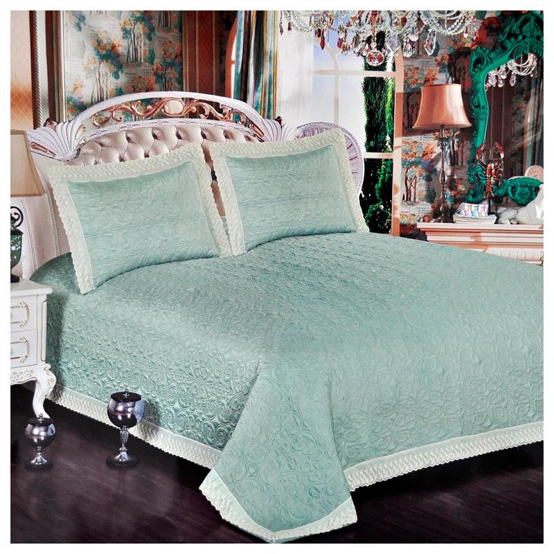шелковое одеяло на постели