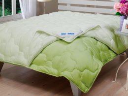 бамбуковое одеяло на постели