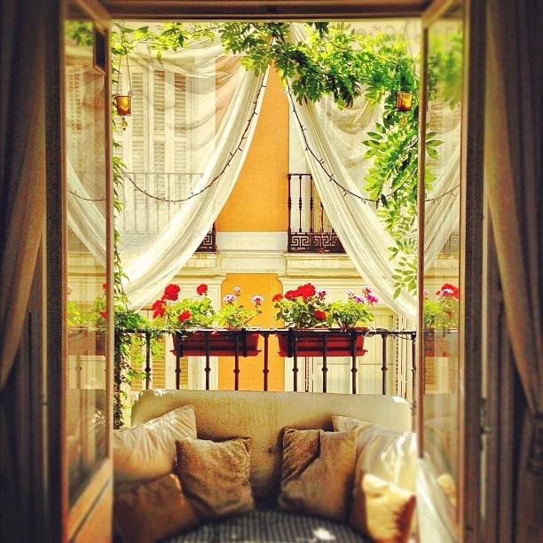 балконное окно с занавесками
