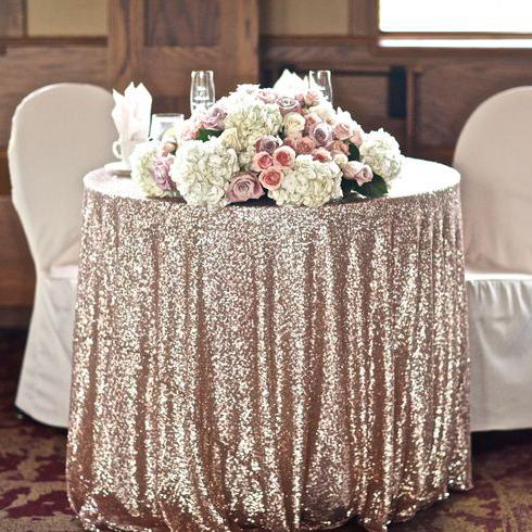 Роскошные скатерти на столах - признак хорошего вкуса