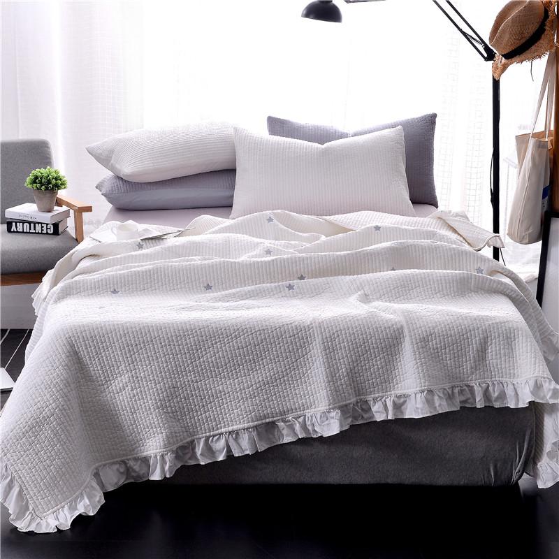 Как красиво заправить кровать в спальне?