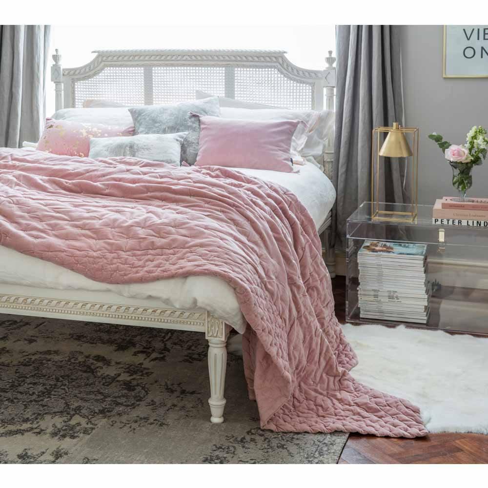 подушки и покрывало в дизайне