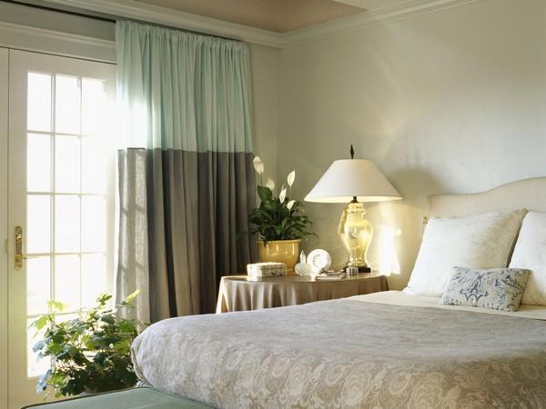 шторы в спальне с балконом