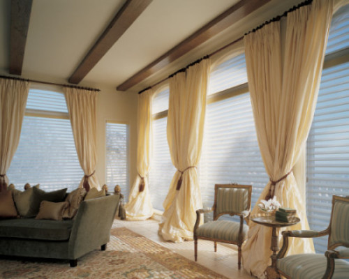 деревянные жалюзи в гостиной