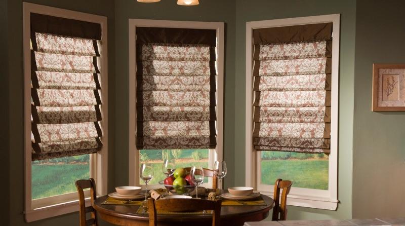 римские шторы на окнах