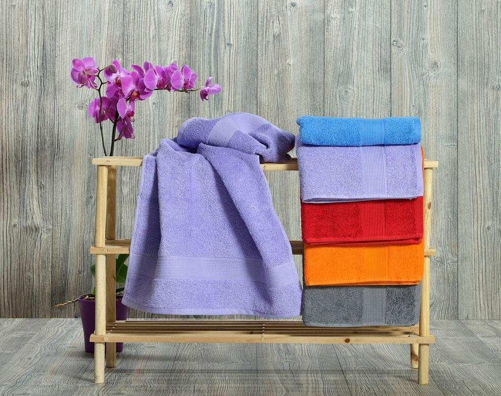 разноцветные полотенца в ванную