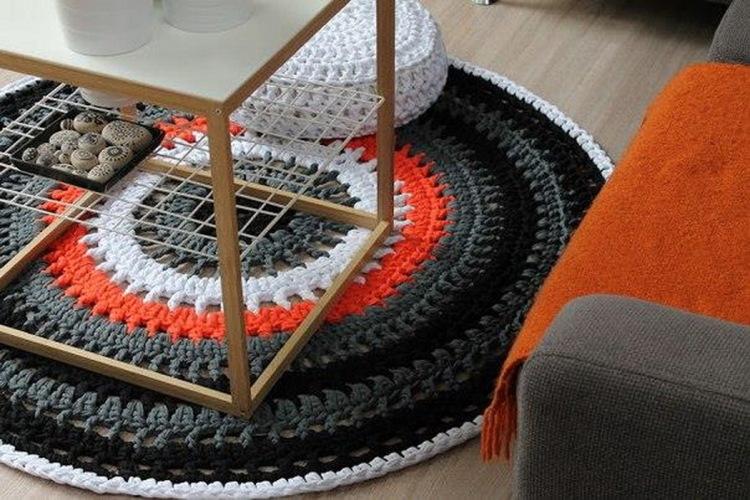 вязанный крючком коврик