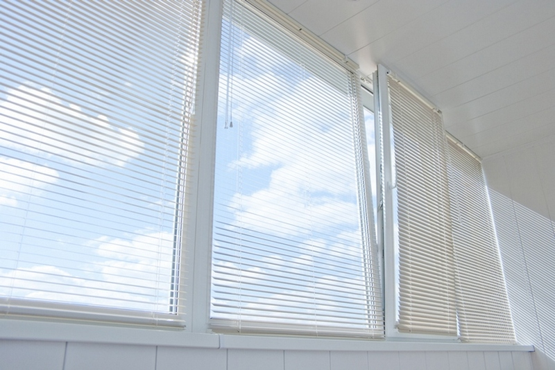 светлые жалюзи на окнах