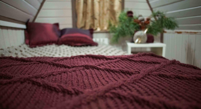 Бордовые покрывала и ковры в интерьере