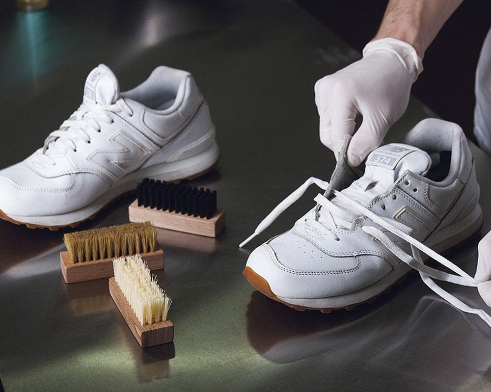 Как быстро отбелить белые кроссовки?