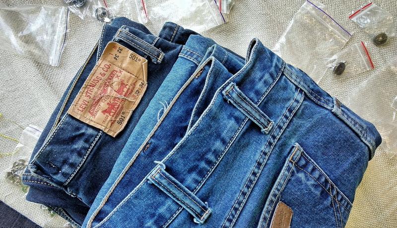 Как зашить дырку на джинсах между ног, на коленях или на ягодицах?
